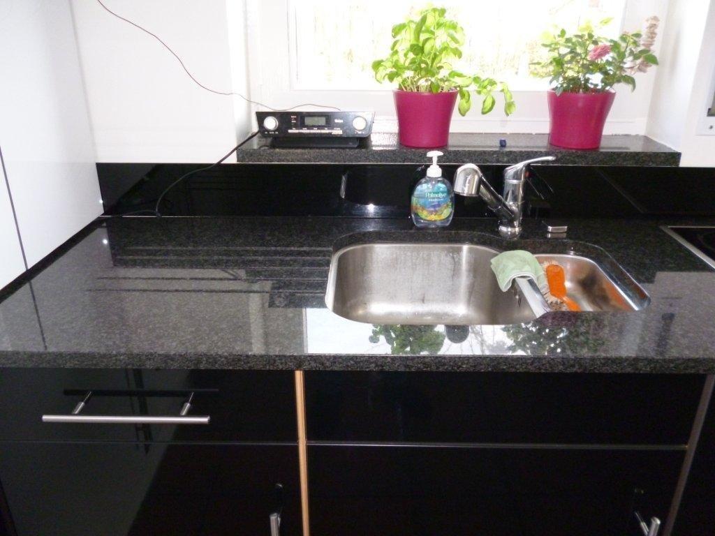bild k chenarbeitsplatte granit nero impala mit abtropfrillen unterbausp le edelstahl. Black Bedroom Furniture Sets. Home Design Ideas