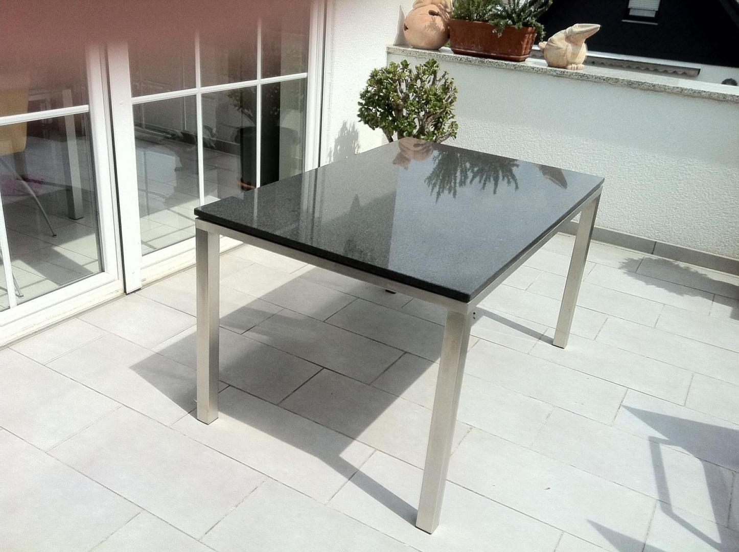 bild terrassentisch edelstahl naturstein schwarz aussen. Black Bedroom Furniture Sets. Home Design Ideas