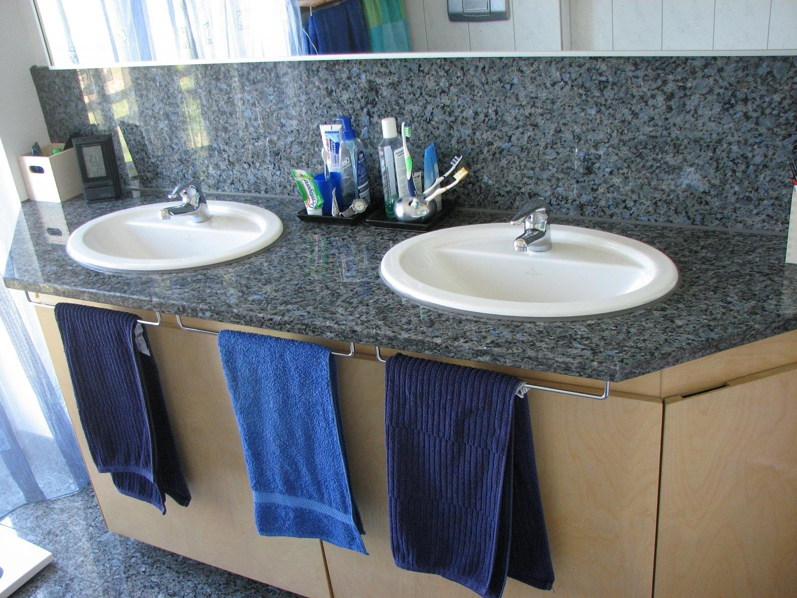 bild waschtisch mit platte und wandspiegel in granit. Black Bedroom Furniture Sets. Home Design Ideas